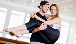 Ex-Bachelorette Anna Christiana Hofbauer und ihr Freund Marvin Albrecht posieren in einer Tanzschule in Düsseldorf. (Foto)