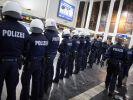 Polizisten sichern den Eingang des Hauptbahnhofes in Dortmund. (Foto)