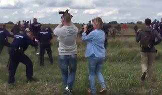 Die Kamerafrau mit dem hellblauen Hemd soll einen Flüchtling samt Kind umgetreten haben. (Foto)