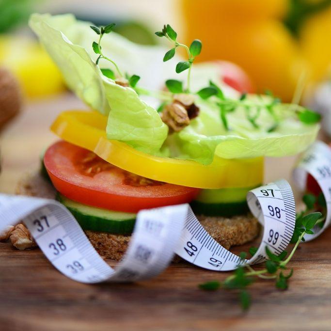 Schmale Hüften durch rohes Obst und Gemüse (Foto)