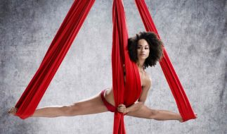 Pole-Tänzerin Ate schwebt in zwölt Metern Stoff in 3,50 Metern Höhe. Ob Sie damit im Battle gegen Rania gewinnen kann? (Foto)