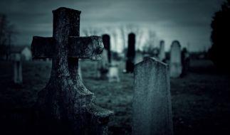 Auf der Suche nach einem Schatz schlichen sich Grabräuber nachts in eine Gruft (Symbolfoto). (Foto)