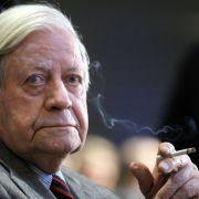 Lässt der Altkanzler nun doch die Finger von Zigaretten? (Foto)