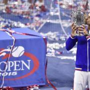 Novak Djokovic ringt Roger Federer nieder (Foto)