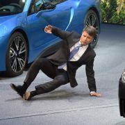 BMW-Chef bricht während seines Vortrags auf der IAA zusammen! (Foto)