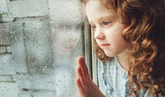Mindestens zwei Jahre lang missbrauchte ein Vater seine Tochter (7) sexuell und filmte die Taten. (Symbolbild) (Foto)