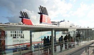 Flüchtlinge gehen an Bord einer Fähre nach Schweden. (Foto)