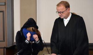 Die angeklagte Tochter und ihr Anwalt Jochen Zersin stehen am 15.09.2015 im Landgericht in Verden (Niedersachsen) im Verhandlungssaal. (Foto)