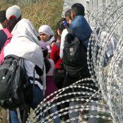 Tränengas gegen Flüchtlinge an ungarisch-serbischer Grenze (Foto)