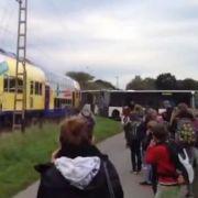 Zug rast in Schulbus - 60 Schüler bleiben unverletzt (Foto)