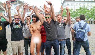 Milo Moiré schießt Nackt-Selfies mit Passanten. (Foto)