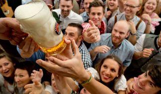 Die ersten Maß werden am 19.09.2015 in einem Bierzelt auf dem Oktoberfest in München (Bayern) nach dem Anzapfen verteilt. Die 182. Wiesn dauert bis zum 04.10.2015 (Foto)