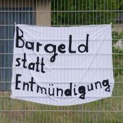 Flüchtlinge in Kärnten fordern Taschengeld und Pässe (Foto)