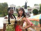 """Es sind die Tänzerin Nikeata Thompson (l.) und die """"Got to Dance""""-Moderatorin Alexandra Maurer (r.). (Foto)"""