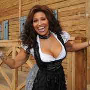 Es ist Patricia Blanco, die Tochter des Sängers Roberto Blanco.