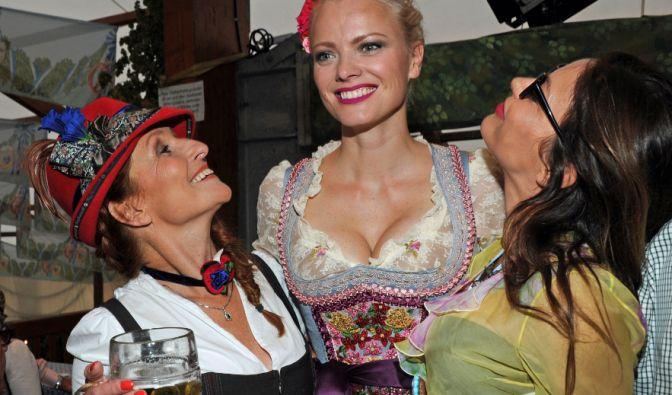 Es ist Model Franziska Knuppe (m.), umgeben von der Gastgeberin Birgitt Wolff (l.) und der italienischen Schauspielerin Maike Rivelli (r.).