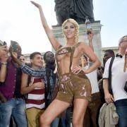 Es ist - natürlich - das Nacktmodel Micaela Schäfer.