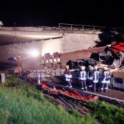 Trümmerfeld! Lastwagen stürzt von Autobahnbrücke (Foto)