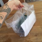 Dieses Foto mit ihrem toten Baby in einer Plastiktüte teilte Sallie Axl mit ihren Fans auf Twitter und Facebook.