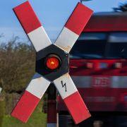 Zug schleift Auto mit - Fahrerin tot! (Foto)