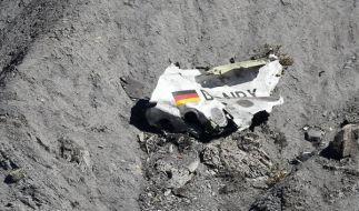 Ein Wrackteil der Germanwings-Maschine am Unglücksort. (Foto)