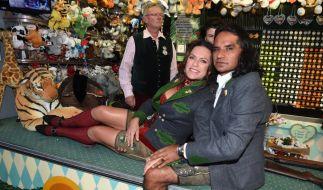 Christine Neubauer posiert mit ihrem Freund José Campos auf der Theke eines Schießstandes neben dem Käferzelt. (Foto)