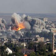Kobane in Flammen: Die Kurden können die Stadt nicht gegen den vorherrschenden Islamischen Staat verteidigen. Ständigem Terror ausgesetzt, fliehen die Menschen zunehmend aus Syrien.