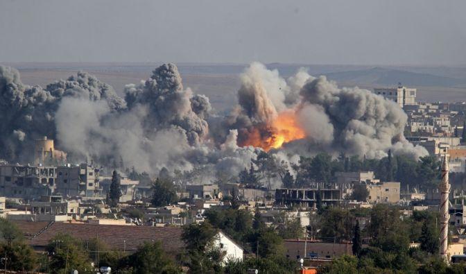 Kobane in Flammen: Die Kurden können die Stadt nicht gegen den vorherrschenden Islamischen Staat verteidigen. Ständigem Terror ausgesetzt, fliehen die Menschen zunehmend aus Syrien. (Foto)