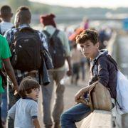 Flüchtlinge auf dem Weg zur ungarischen Grenze.