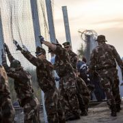 29. August: Ungarn stellt den über 140 Kilometer langen Grenzzaun gegen Flüchtlinge fertig.
