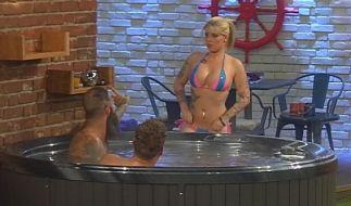 Schon am ersten Tag ziehen die Kandidaten voreinander blank: Stripperin Sharon steigt zu Hans-Christian (l.) und Kevin in den Whirlpool. (Foto)