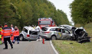Rettungskräfte stehen in der Nähe von Bad Rappenau (Baden-Württemberg) neben völlig zerstörten Fahrzeugen. (Foto)