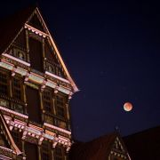 Der Mond leuchtet am 28.09.2015 über dem Wedekindhaus am Marktplatz in Hildesheim (Niedersachsen).