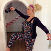Daniela Katzenberger präsentiert ihre Yoga-Übungen auf High-Heels.