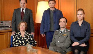 Weissensee-Cast: Uwe Kokisch als Hans Kupfer (h.l.), Florian Lukas als Martin Kupfer (h.r.), Ruth Reinecke als Marlene Kupfer (v. r.), Jörg Hartmann als Falk Kupfer (m.) und Anna Loos als Vera Kupfer. (Foto)