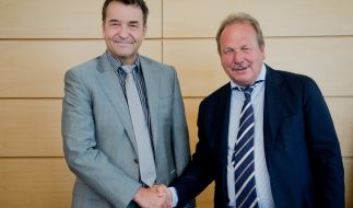 Frank Bsirske (r.), Vorsitzender von Verdi, und Thomas Böhle, Präsident der Vereinigung der kommunalen Arbeitgeberverbände (VKA). (Foto)
