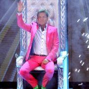 Pinker Anzug und neongrüne Schuhe - dieser Anblick verursacht doch nun wirklich Augenkrebs.