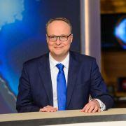 Oliver Welke begrüßt Spitzenpolitiker Gregor Gysi (Foto)