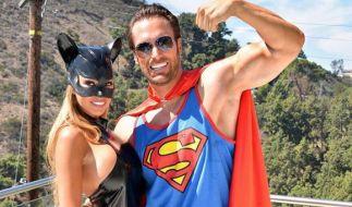 Maria und Bastian Yotta spielen Catwoman und Superman. (Foto)