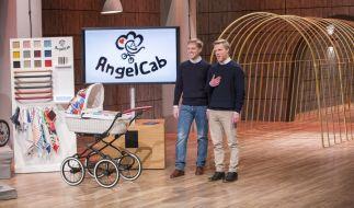 Angel Cab: Vinzent (24, li.) und Luis Karger (21) wollen die Investoren von ihrem Kinderwagen überzeugen. (Foto)