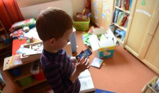 Smartphone als Spielzeug: Acht Prozent der Kinder können als suchtgefährdet eingestuft werden. (Foto)