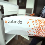 Zalando liefert an Flüchtlingsheim - und sieht keinen Cent (Foto)