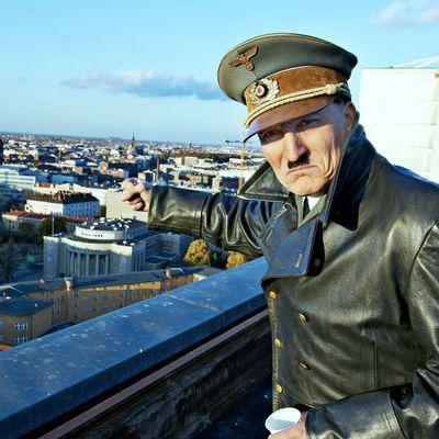 Das machen Deutsche, wenn plötzlich Hitler vor ihnen steht (Foto)
