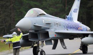 Ein Kampfflugzeug der Deutschen Luftwaffe vom Typ Eurofighter rollt am 15.05.2014 auf dem Flugplatz in Wittmund (Niedersachsen) zum Start. (Foto)