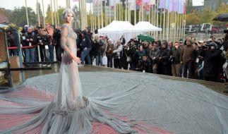 Micaela Schäfer zeigte sich bei der Eröffnung der Venus im durchsichtigen Mega-Kleid. (Foto)