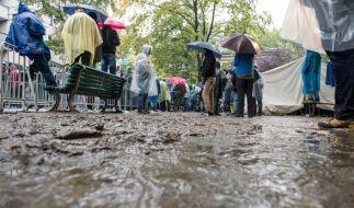Bei Regen und Kälte warten Flüchtlinge oft tagelang auf dem Gelände des Landesamts für Gesundheit und Soziales (LaGeSo) in Berlin, registriert zu werden. (Foto)