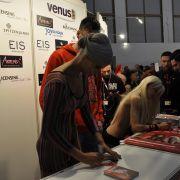 Die Werbegesichter Micaela Schäfer und Mia Julia nehmen sich Zeit für die Autogramm- und Fotowünsche ihrer Fans.