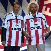 Gemeinsam mit Thomas Gottschalk ist sich Jauch für nichts zu schade. Hier im FC Bayern-Trikot anlässlich des 100 jährigen Jubiläums des Vereins.