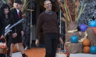 Hat einiges zu lachen: Barack Obama amüsiert sich über witzige Kostüme er Kinder. (Foto)