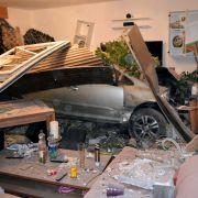 22-Jähriger rast mit Pkw in Wohnzimmer (Foto)